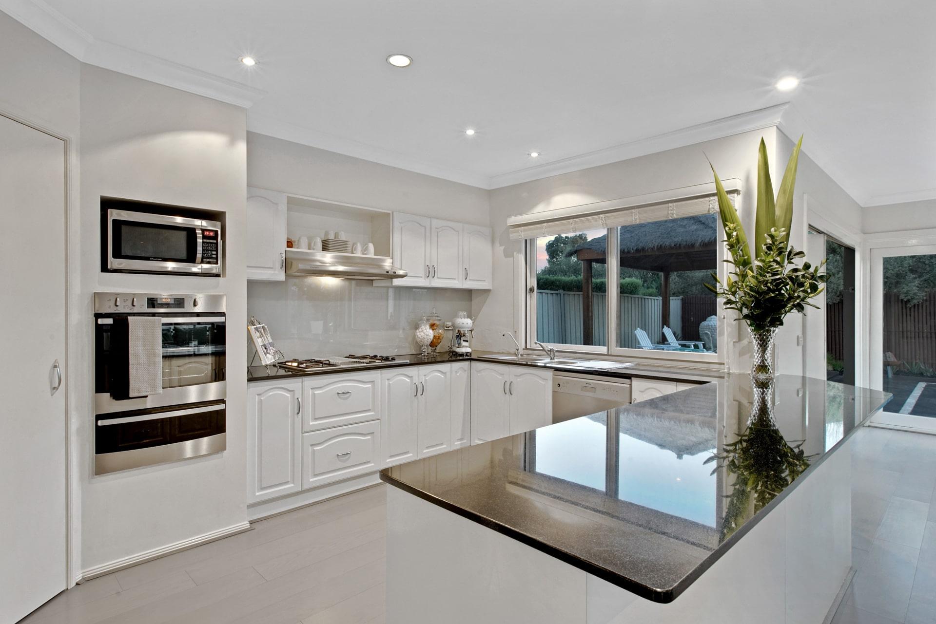 Photographie immobilière HDR d'une cuisine.