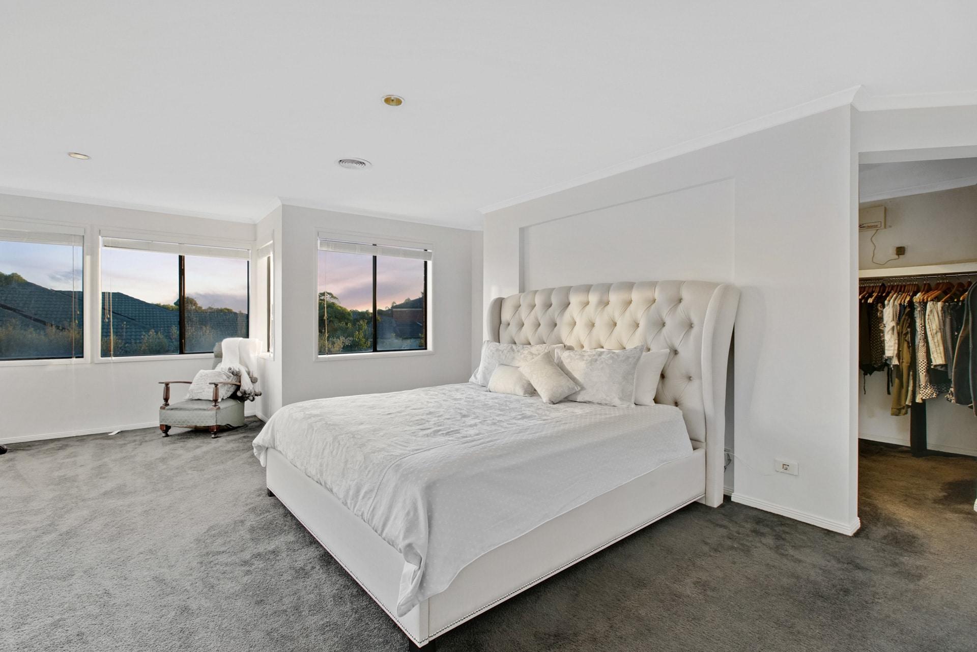 Photographie HDR d'une chambre à coucher avec un lit 2 places et un dressing.