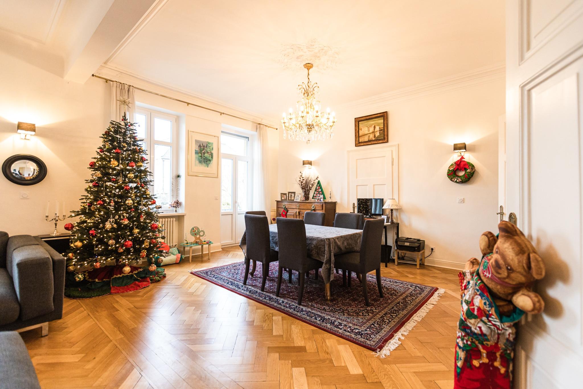 Photo immobilière HDR d'une salle à manger avec un sapin de Noël.