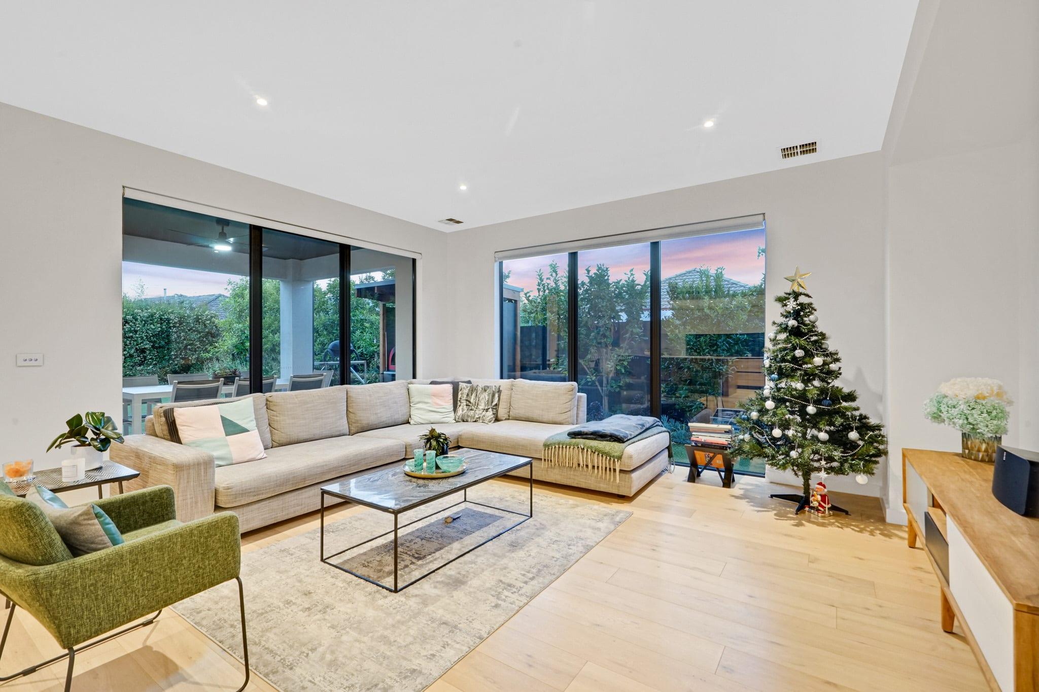 Photographie HDR d'un salon avec un sapin de Noël.