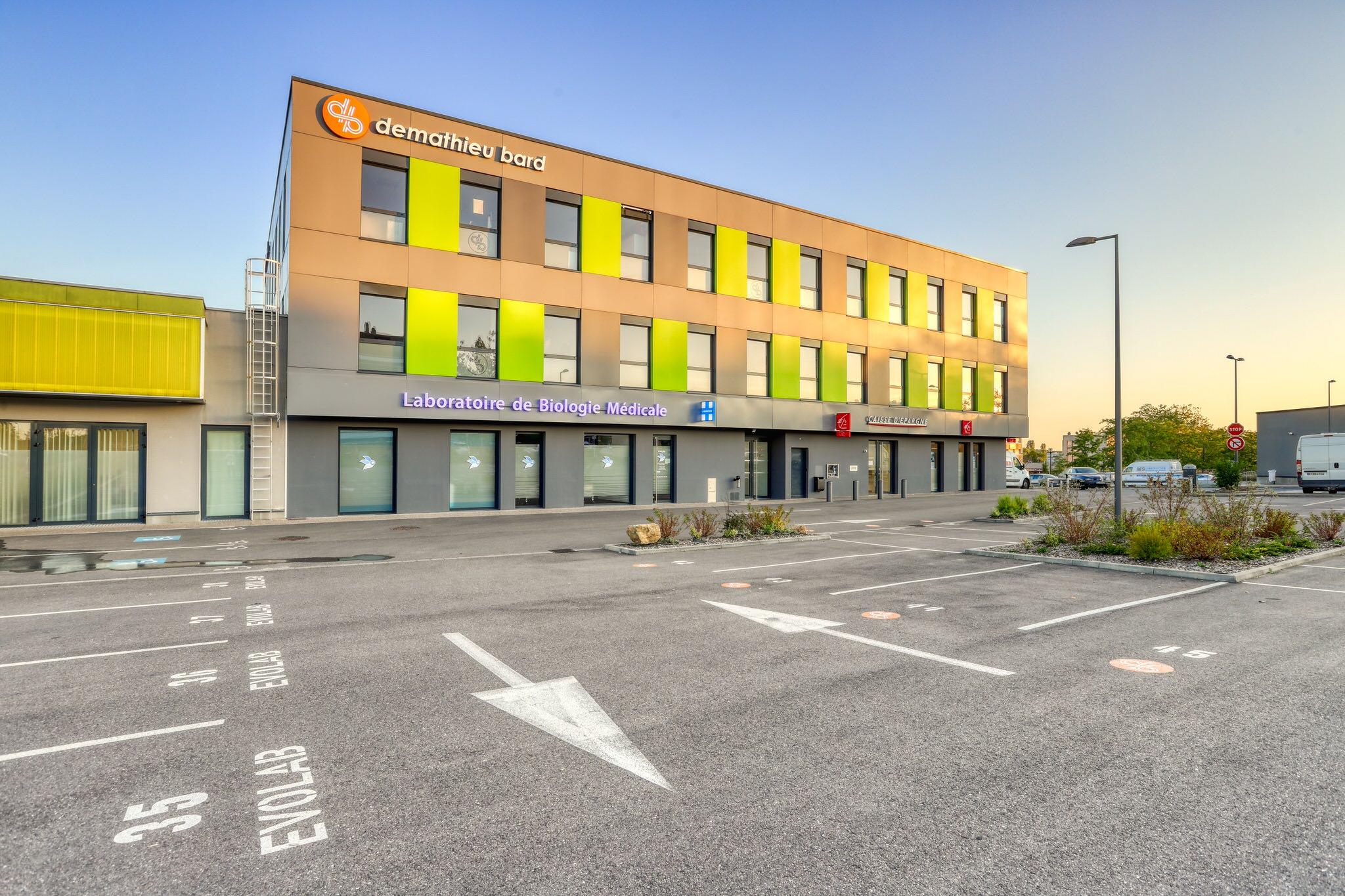 Photo immobilière HDR d'un parking avec un immeuble en arrière plan.