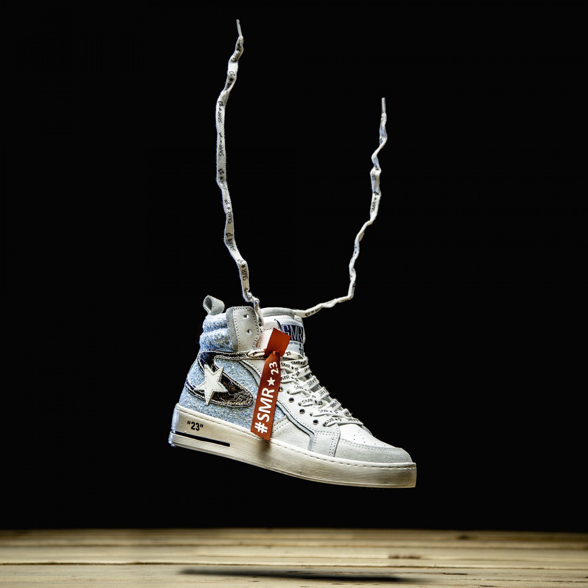Photo d'entreprise d'une paire de baskets posée sur un stand