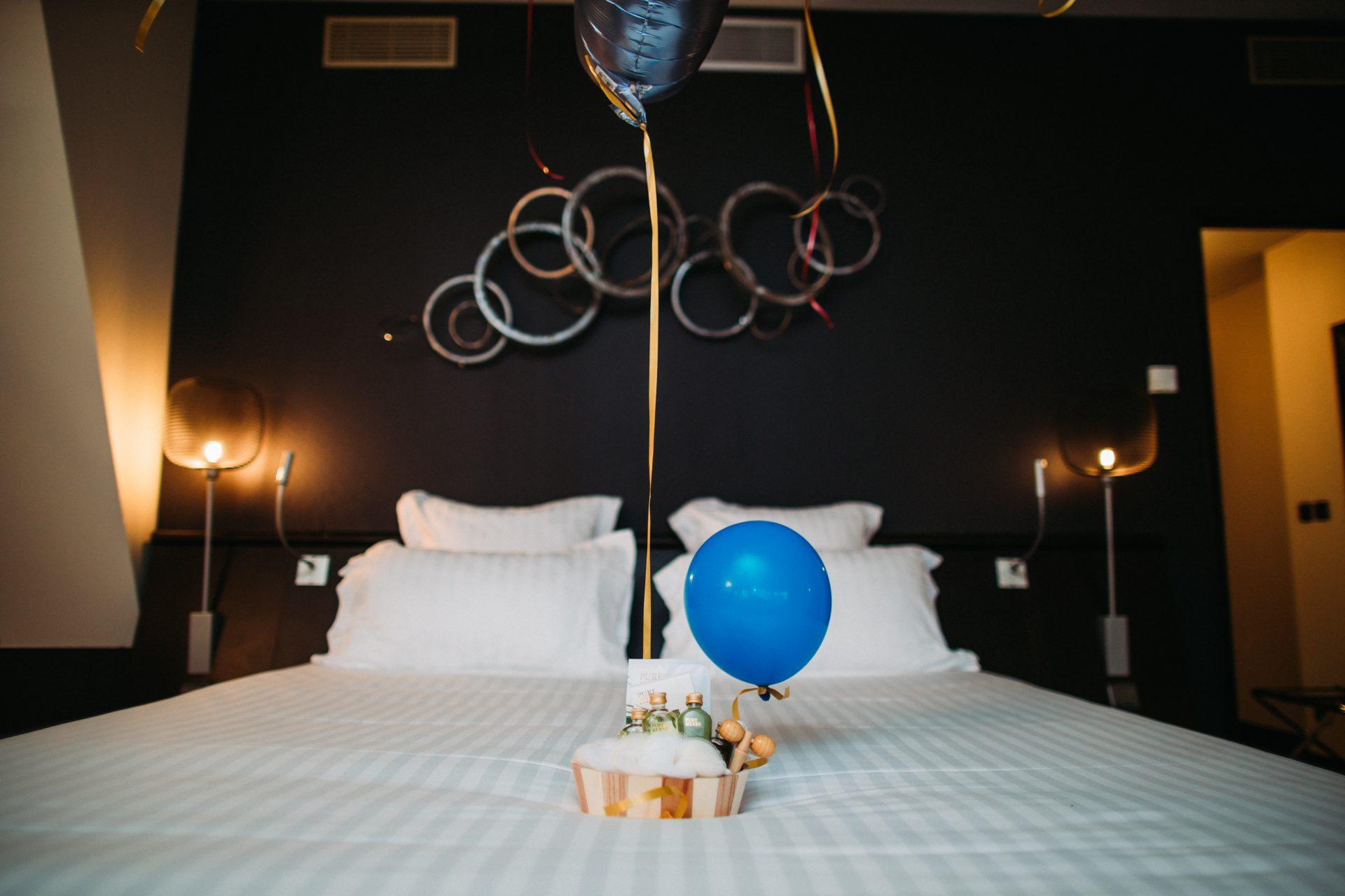 Photo d'entreprise d'une chambre d'hôtel avec des ballons