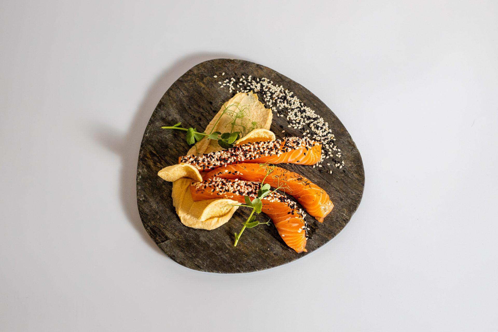 Photo d'une assiette de poisson vue du dessus