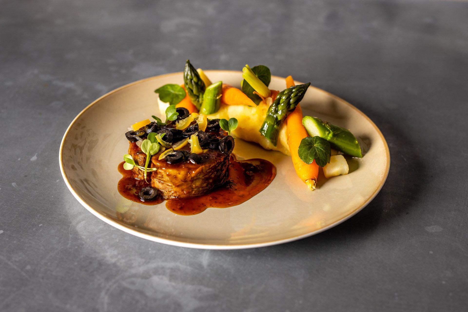 Photo culinaire d'une assiette de viande avec des légumes